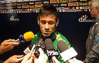 BELO HORIZONTE, MG, 23 DE ABRIL, 2013 -  AMISTOSO BRASIL X CHILE - Jogador Neymar Jr durante chegada a zona mista antes do treino da Selecao brasileira no Estadio do Minerão na tarde desta terça-feira, 23. FOTO: WILLIAM VOLCOV - BRAZIL PHOTO PRESS