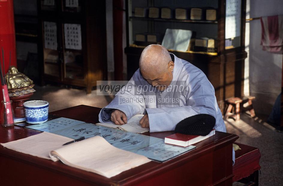 Asie/Chine/Jiangsu/Nankin: Monastère de la Vallée d'Esprit - Moine étudiant des écritures<br /> PHOTO D'ARCHIVES // ARCHIVAL IMAGES<br /> CHINE 1990