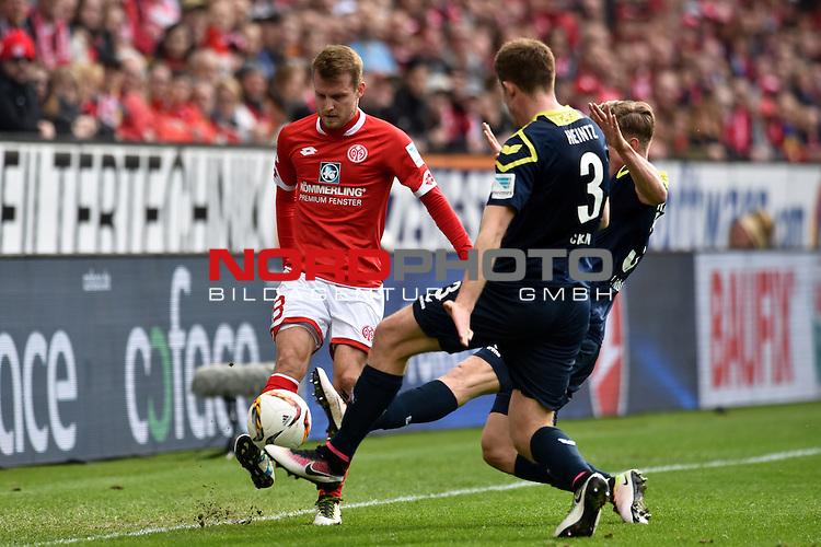 17.04.2016, Coface-Arena, Mainz, GER, 1. FBL, 1. FSV Mainz 05 vs. 1. FC Koeln, im Bild: Daniel Brosinski (#18, FSV Mainz) gegen Dominique Heintz (#3, 1. FC Koeln) und Yannick Gerhardt (#31, 1. FC Koeln)<br /> <br /> Foto &copy; nordphoto / Fabisch