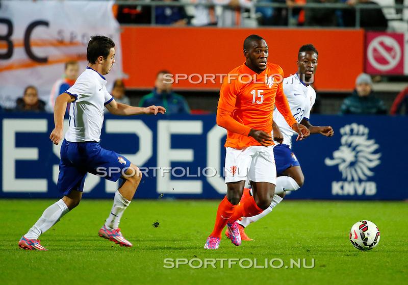 Nederland, Alkmaar, 9 oktober 2014<br /> Play-offs EK-kwalificatie<br /> Jong Oranje-Jong Portugal (0-2)<br /> Ola John van Jong Oranje in actie met bal