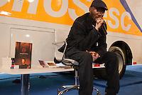"""SÃO PAULO-SP-26,08,2014-BIENAL/RAPPIN HOOD- Antônio Luiz Júnior,conhecido como Rapping Hood durante recrião,em própria linguagem,do clássico da filosofia """"O Principe"""",de Nicolau Maquiavel.Em Praça da Palavra,na Bienal do Livro no Anhembí,região norte da cidade de São Paulo,na noite dessa Terça-Feira,26(Foto:Kevin David/Brazil Photo Press)"""