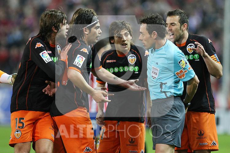 Valencia's Angel Dealbert, Ever Banega, David Jimenez Silva and Carlos Marchena have words with the referee Alfonso Perez Burrull during La Liga match.(ALTERPHOTOS/Acero)