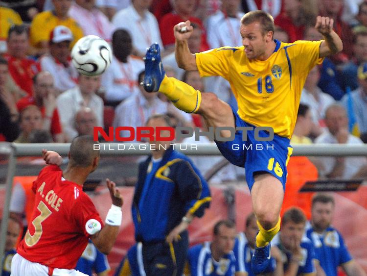 FIFA WM 2006 -  Gruppe B Vorrunde ( Group B )<br /> <br /> Play    #35 (20-Jun) - Schweden vs England <br /> <br /> <br /> <br /> Mattias Jonson (SWE) gegen Ashley Cole (ENG)<br /> <br /> <br /> <br /> Foto &copy; nordphoto
