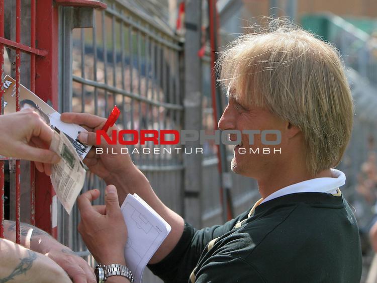 2.Liga FBL 2008/2009  31.Spieltag R&uuml;ckrunde<br /> FC St.Pauli vs. FSV Mainz 05<br /> <br /> <br /> Mainz Trainer J&ouml;rn Andersen schreibt Autogramme am Millerntor.<br /> <br /> Foto &copy; nph (nordphoto)<br /> <br /> *** Local Caption ***