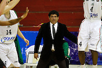 MANIZALES -COLOMBIA, 28-10-2013. El entrenador de Águilas de Tunja da instrucciones durante partidon contra Manizales Once Caldas válido por la fecha 33 de la Liga DirecTV de Baloncesto 2013-II de Colombia jugado en el coliseo Jorge Arango de la ciudad de Manizales./ Coach of Aguilas de Tunja gives directions during a match with Manizales Once Caldas valid for the 33th date of the DirecTV Basketball League 2013-II in Colombia at Jorge Arango coliseum in Manizales. Photo: VizzorImage / Santiago Osorio / STR
