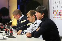 Pressesprecher Jens Grittner, Kapitän Philipp Lahm, Bundestrainer Joachim Löw (D) - WM Qualifikation 9. Spieltag Deutschland vs. Irland in Köln