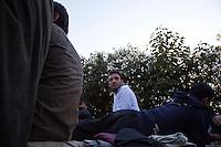 Grecia, Patrasso 2011: rifugiati afghani in un improvvisato campo in una stazione ferroviaria abbandonata. Giovani uomini seduti e sdraiati per terra. Grece ville de Patras  2011 - refugies afghans dans une gare abandonnee