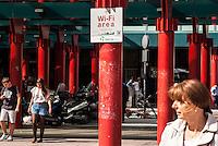Milano, piazzale Cadorna. Area Open Wi-Fi Milano (Rete Pubblica Milanese) in cui è possibile l'accesso gratuito a internet senza fili --- Milan, Cadorna square. Open Wi-Fi Milano, free wireless internet access area