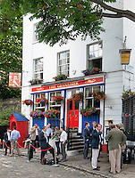 Great Britain, London: The Granadier pub with after work drinkers | Grossbritannien, England, London: auf ein Bier nach getaner Arbeit - The Granadier pub