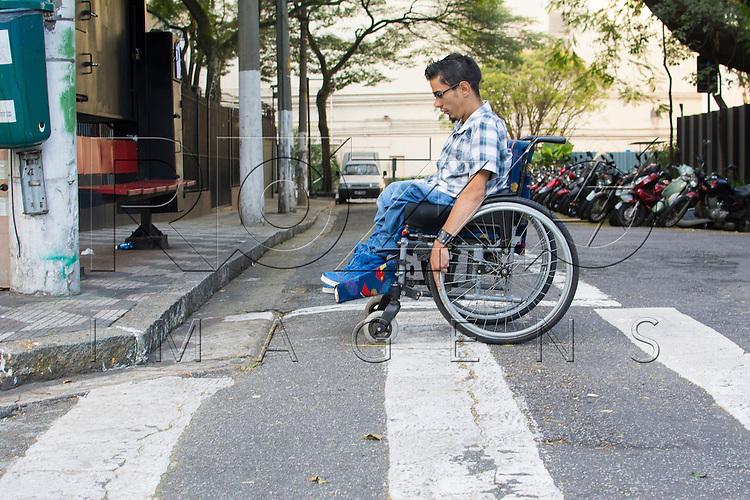 Calçada sem acesso para cadeirante, São Paulo - SP, 07/2016