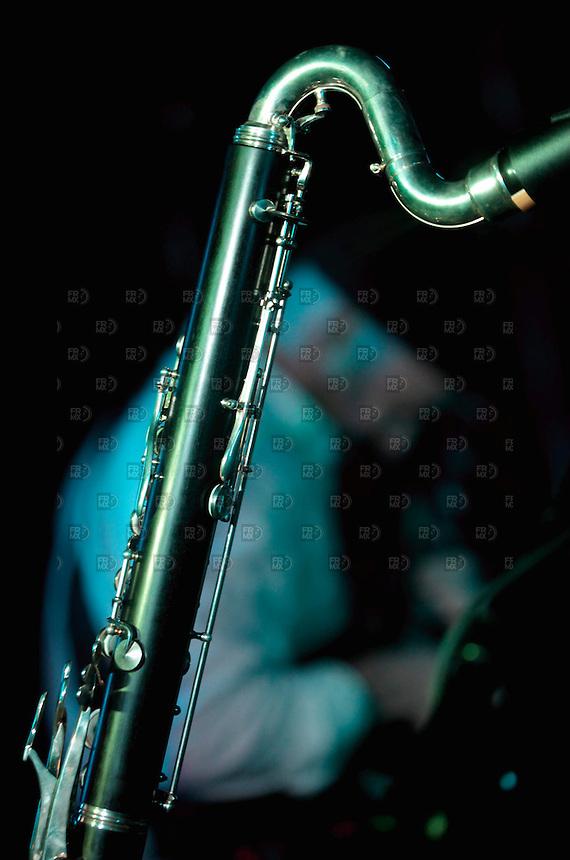 CIUDAD DE M&Eacute;XICO, DF. Julio 12, 2013  &ndash; Alejandro Otaola toca la guitarra con el grupo de Jazz, Los Dorados, junto a un saxof&oacute;n en el Bar Caradura de la Ciudad de M&eacute;xico.  FOTO: ALEJANDRO MEL&Eacute;NDEZ<br /> <br /> MEXICO CITY, DF. July 12, 2013 - Alejandro Otaola plays guitar with the jazz band, Los Dorados, with a saxophone in the Bar Caradura Mexico City. PHOTO: ALEJANDRO MELENDEZ