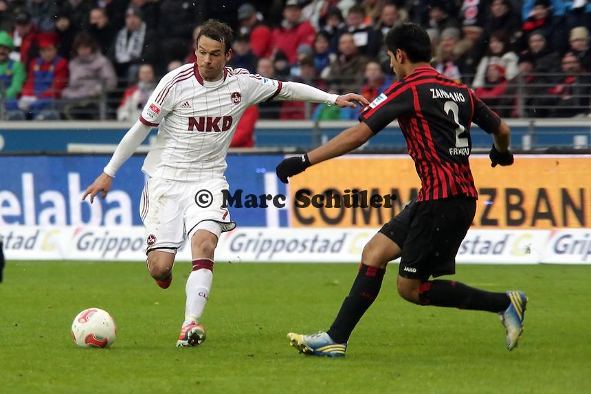 Markus Feulner (Nuernberg) gegen Carlos Zambrano (Eintracht)