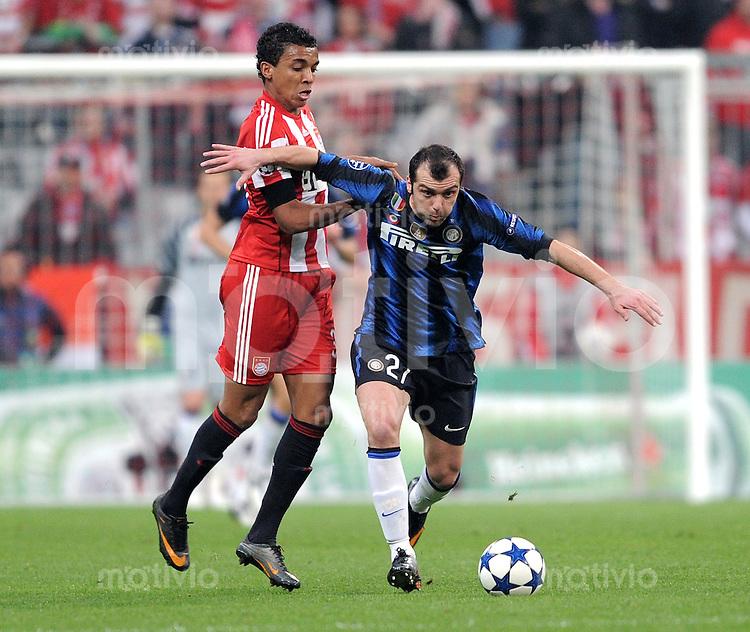 FUSSBALL   CHAMPIONS LEAGUE   SAISON 2010/2011 Achtelfinale 15.03.2011 FC Bayern Muenchen - Inter Mailand Luiz Gustavo (li, FC Bayern Muenchen) gegen Goran Pandev (re, Inter Mailand)