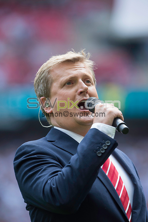 Picture by Allan McKenzie/SWpix.com - 27/08/2016 - Rugby League - Ladbrokes Challenge Cup Final - Hull FC v Warrington Wolves - Wembley Stadium, London, England - Aled Jones with the choir at the Ladbrokes Challenge Cup final.