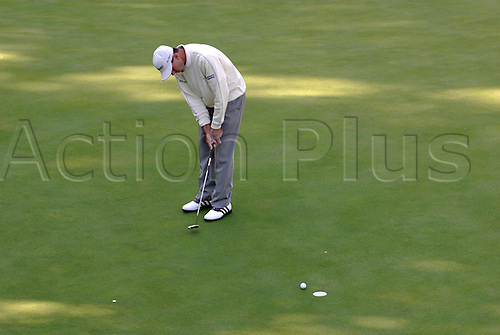 October 16, 2003:American golfer LEN MATTIACE (USA)  putts on the 14th Green during the first round of the HSBC World Matchplay Championship at Wentworth, Mattiace lost to Thomas Bjorn 4&3. Photo: Glyn Kirk/action plus...match play golf 031016 player matchplay
