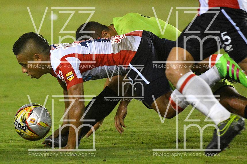 BARRANQUILLA- COLOMBIA -21-05-2016: Edinson Toloza (Izq) jugador de Atletico Junior disputa el balón con Jose Moya (Der) jugador de Cortulua, durante partido entre Atletico Junior y Cortulua, de la fecha 19 de la Liga Aguila I-2016, jugado en el estadio Metropolitano Roberto Melendez de la ciudad de Barranquilla. / Edinson Toloza (L) player of Atletico Junior vies for the ball with Jose Moya (R) player of Cortulua, during a match between Atletico Junior and Cortulua, for date 19 of the Liga Aguila I-2016 at the Metropolitano Roberto Melendez Stadium in Barranquilla city, Photo: VizzorImage  / Alfonso Cervantes / Cont.