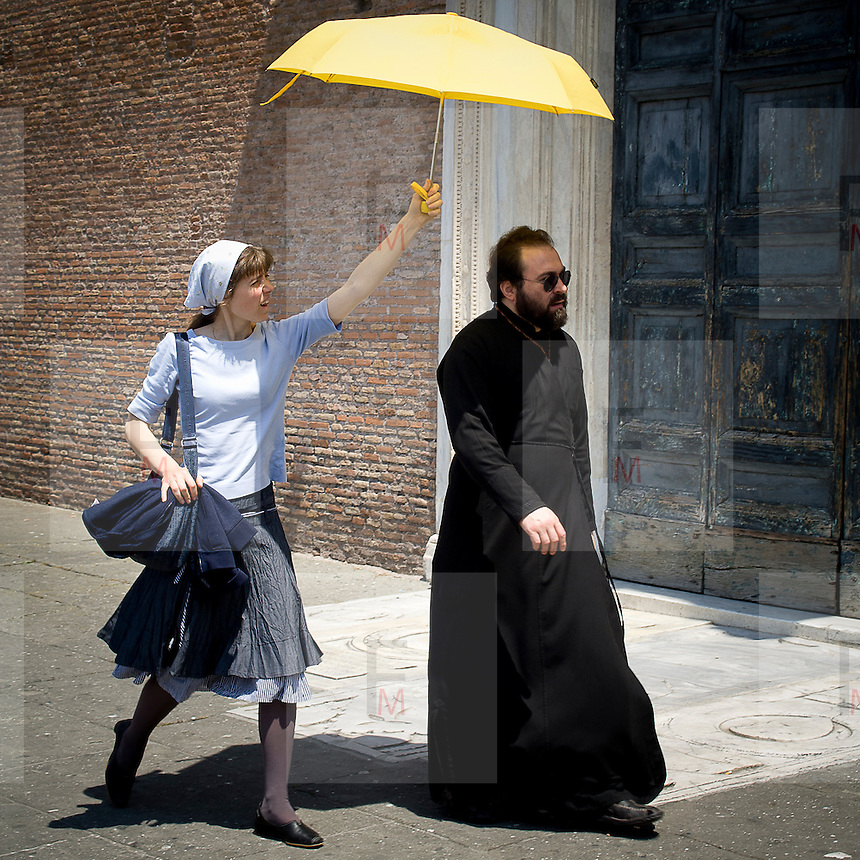 Un prete nei pressi dell'Aracoeli a Roma<br /> <br /> A priest close Aracoeli in Rome