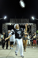 SÃO PAULO, SP, 15 DE JANEIRO DE 2012 - ENSAIO GAVIÕES DA FIEL - Ensaio técnico da Escola de Samba Gaviões da Fiel na praparação para o Carnaval 2012. O ensaio foi realizado na madrugada deste domingo, no Sambódromo do Anhembi, zona norte da cidade. FOTO LEVI BIANCO - NEWS FREE
