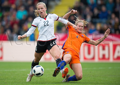 25.10.2016. Aaeln, Germany.  Germany's Tabea Kemme (L) and the Netherland's Desiree van Lunteren challenge for the ball during the women's international soccer match between Germany and the Netherlands