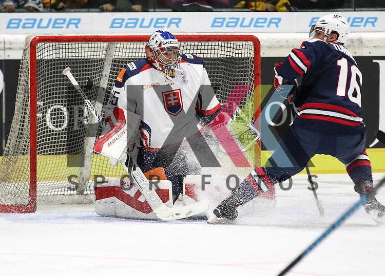 Samuel BAROS (Torwart, goalie SVK) sieht die Scheibe nicht, Travis TURNBULL (USA),<br /> <br /> Eishockey, Deutschland-Cup 2015, Augsburg, USA vs. Slowakei, 06.11.2015, beim Spiel des D-Cup USA - Slowakei.<br /> <br /> Foto &copy; PIX-Sportfotos *** Foto ist honorarpflichtig! *** Auf Anfrage in hoeherer Qualitaet/Aufloesung. Belegexemplar erbeten. Veroeffentlichung ausschliesslich fuer journalistisch-publizistische Zwecke. For editorial use only.