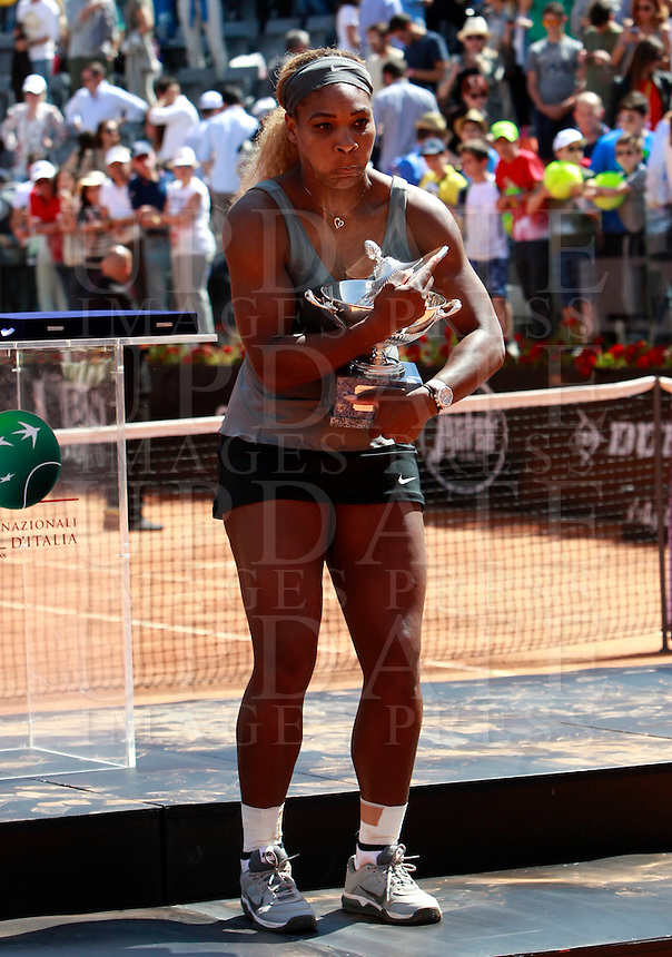 La statunitense Serena Williams solleva il trofeo dopo aver vinto la finale femminile degli Internazionali d'Italia di tennis a Roma, 18 maggio 2014.<br /> United States' Serena Williams holds the trophy after winning the women's final match of the Italian open tennis tournament, in Rome, 18 May 2014.<br /> UPDATE IMAGES PRESS/Isabella Bonotto