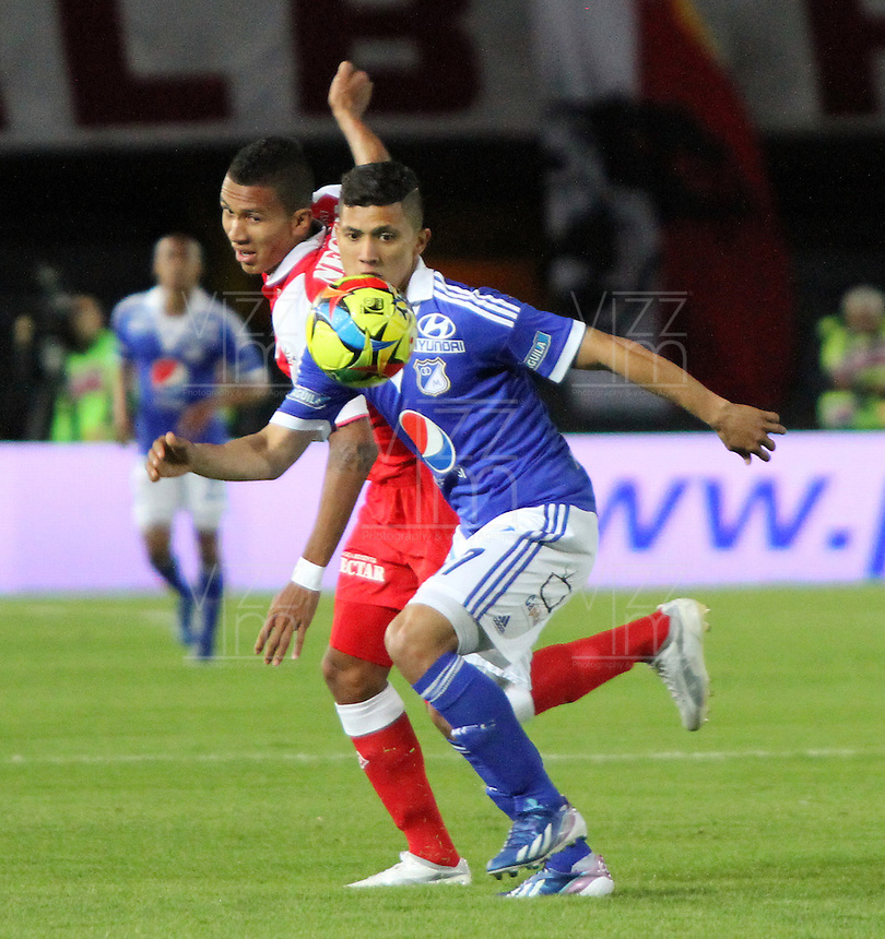 BOGOTA - COLOMBIA - 19 -06 -2013: Francisco Meza (Izq) jugador del Independiente Santa Fe , disputa el balón con Fredy Montero  (Der) de Millonarios   durante partido en el estadio Nemesio Camacho El Campín   de la ciudad de Bogotá , junio 19  de 2013. partido correspondiente a la segunda fecha de los  cuadrangulares semifinales F 1 de la Liga Postobon I. (Foto: VizzorImage / Felipe Caicedo / Staff). BOGOTA - COLOMBIA - 19 -06 -2013: Francisco Meza (Left) player Independiente Santa Fe, fights for the ball with Fredy Montero (Right) Millionaires during party in the stadium Nemesio Camacho El Campin in Bogota, June 19, 2013. game for the second date of the quadrangular semifinals F 1 Postobon League I. <br /> VizzorImage / Felipe Caicedo / Staff