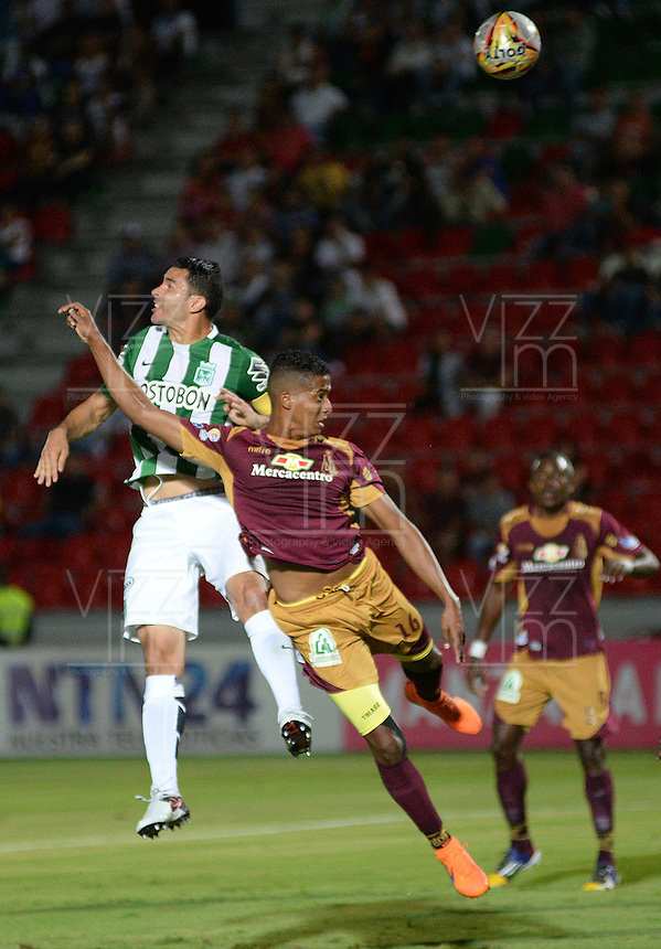 IBAGUÉ -COLOMBIA, 13-12-2014. Fainer Torijano (Der) jugador de Deportes Tolima disputa el balón con Francisco Najera (Izq) jugador del Atletico Nacional por la fecha 4 de la Liga Aguila I 2016 jugado en el estadio Manuel Murillo Toro de la ciudad de Ibagué./ Fainer Torijano (R) player of  Deportes Tolima vies for the ball with Francisco Najera (L) player of Atletico Nacional for the date 4 of the Aguila League I 2016 played at Manuel Murillo Toro stadium in Ibague city. Photo: VizzorImage / Juan Carlos Escobar / Str