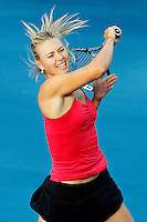 MADRI, ESPANHA, 06 DE MAIO DE 2012 - MUTUA MADRID OPEN - A tenista Maria Sharapova (vermelho) enfrenta a Irina-Camelia Begu (preto), durante o Mutua Madrid Open 2012, em Madrid na capital da Espanha, neste domingo, 06. (FOTO: CESAR CEBOLLA / ALFAQUI / BRAZIL PHOTO PRESS).