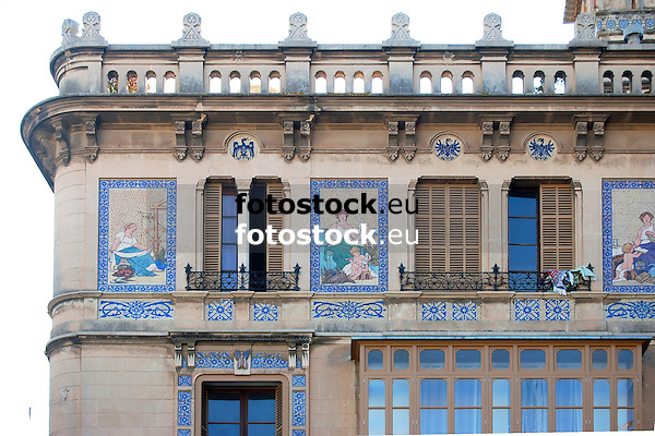 Can Barcel&oacute;, Plaza Josep Maria Quadrado, 9, (siglo XX) decorada con cer&aacute;micas policromadas de la antigua f&aacute;brica mallorquina &quot;La Roqueta&quot;, firmada por Vicen&ccedil; Lloren&ccedil;<br /> <br /> Can Barcel&oacute;, Plaza Josep Maria Quadrado, 9, (20th century) decorated with tiles of the antique mallorquean fabric &quot;La Roqueta&quot;, designed by Vicen&ccedil; Lloren&ccedil;<br /> <br /> Can Barcel&oacute;, Plaza Josep Maria Quadrado, 9, (20. Jh.) dekoriert mit Keramikkacheln der alten mallorquinischen Fabrik &quot;La Roqueta&quot;, gestaltet von Vicen&ccedil; Lloren&ccedil;<br /> <br /> 2906 x 1936 px