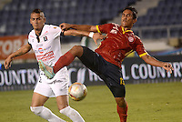 BARRANQUIILLA -COLOMBIA-15-05-2015. Jose Amaya (Der) de Uniauntónoma disputa el balón con Cesar Quintero (Izq) de Once Caldas durante partido por la fecha 20 de la Liga Aguila I 2015 jugado en el estadio Metropolitano de la ciudad de Barranquilla./  Jose Amaya (R) player of Uniautonoma fights for the ball with  Cesar Quintero (L) player of Once Caldas during match valid for the 20th date of the Aguila League I 2015 played at Metropolitano stadium in Barranquilla city.  Photo: VizzorImage/Alfonso Cervantes/Cont