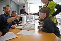 Spagna Barcellona  Elezioni all'assemblea catalana 25 Novembre 2012 Un seggio elettorale nella cittadina di  Gelida (Barcellona) bambino guarda un'urna con le schede