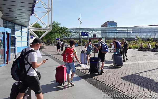 Nederland Amsterdam 2019. Toeristen met koffers bij Station Sloterdijk. Foto Berlinda van Dam / Hollandse hoogte