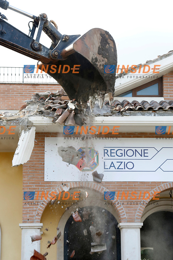 Roma 26/11/2018. Demolizione di una villa del clan malavitoso della famiglia Casamonica alla Romanina, Roma est. I Casamonica sono associati al crimine nella periferia sud est di Roma.<br /> Rome November 26th 2018. Another Casamonica mobster clan villa being demolished. Army started the demolition of an illegally built villa belonging to members of the Casamonica criminal clan.  The Casamonica family has been associated with crime in the south-eastern quarters of Rome for several decades.<br /> Foto Samantha Zucchi Insidefoto