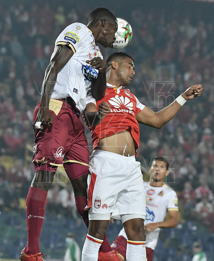 BOGOTÁ - COLOMBIA, 14-11-2018: Carlos Henao (Der.) de Santa Fe disputa el balón con Julian Quiñones (Izq.) del Tolima durante el encuentro entre Independiente Santa Fe y Deportes Tolima por los cuartos de final, ida, de la Liga Águila II 2018 jugado en el estadio Nemesio Camacho El Campin de la ciudad de Bogotá. / Carlos Henao (R) of Santa Fe struggles for the ball with Julian Quiñones (L) of Tolima during match between Independiente Santa Fe and Deportes Tolima for the first leg quarter finals of the Aguila League II 2018 played at the Nemesio Camacho El Campin Stadium in Bogota city. Photo: VizzorImage / Gabriel Aponte / Staff