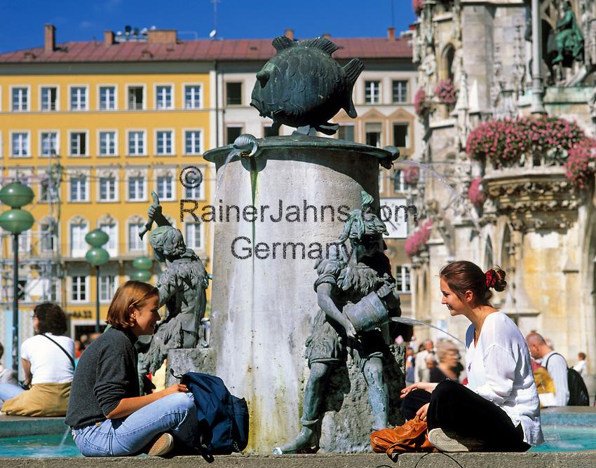 Deutschland, Bayern, Oberbayern, Muenchen: zwei junge Frauen sitzen am Fischbrunnen auf dem Marienplatz | Germany, Bavaria, Upper Bavaria, Munich: Fish Fountain at Marien Square