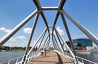 Mr. J.J. van der Veldebrug . Deze fiets-en voetgangersbrug ligt bij het Oosterdok in Amsterdam
