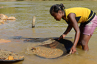 MADAGASCAR, region Manajary, town Vohilava, small scale gold mining, children panning for gold at river ANDRANGARANGA, girl Sara 12 years old / MADAGASKAR Mananjary, Vohilava, kleingewerblicher Goldabbau, Kinder waschen Gold am Fluss ANDRANGARANGA, Maedchen SARA12 Jahre