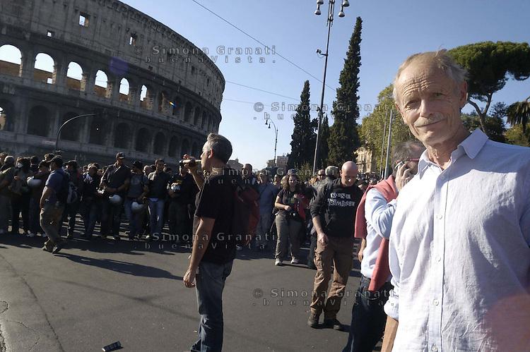 Roma,15 Ottobre 2011.Manifestazione contro la crisi e l'austerità..Corteo e scontri con le forze dell'ordine..Erri De Luca nel corteo