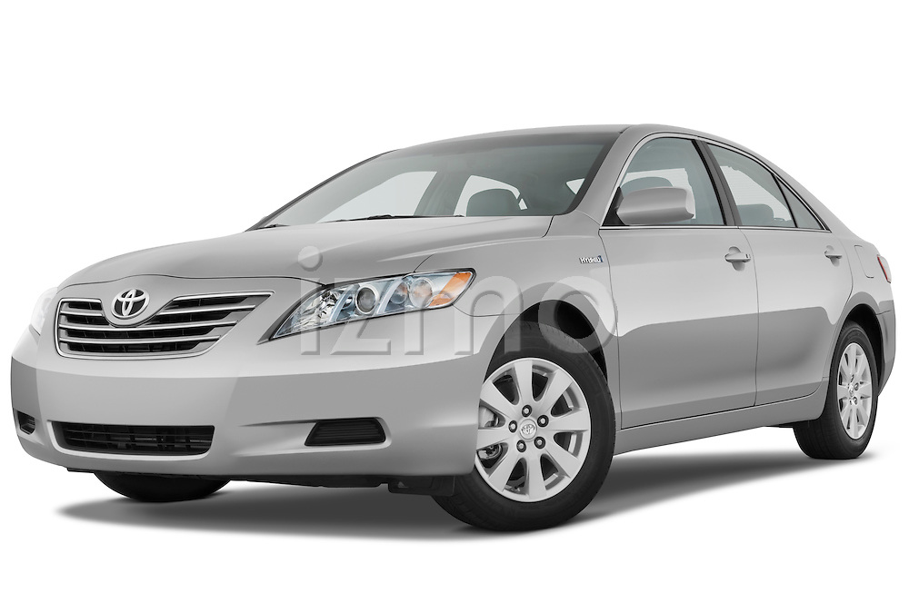 Low aggressive front three quarter view of a 2009 Toyota Camry Hybrid.