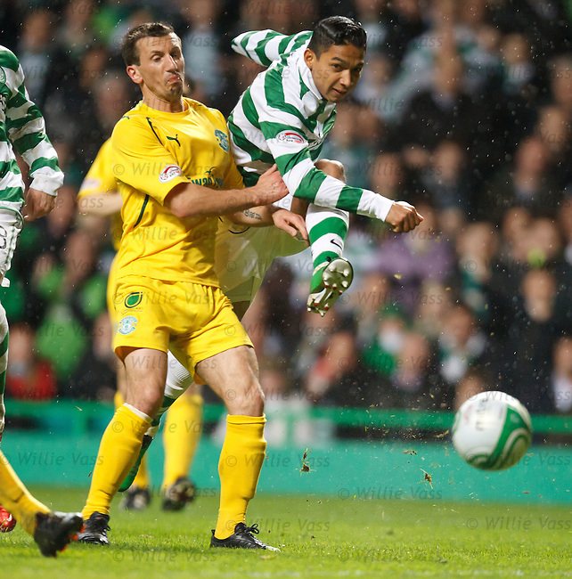 Emilio Izaguirre shots just past the post