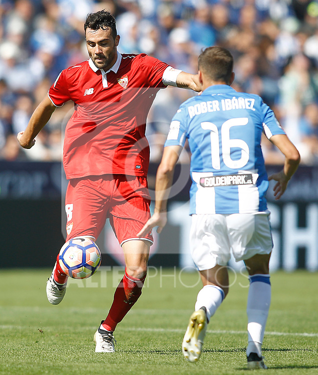 CD Leganes' Robert Ibanez (r) and Sevilla FC's Vicente Iborra during La Liga match. October 15,2016. (ALTERPHOTOS/Acero)