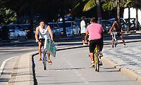 RIO DE JANEIRO, RJ, 05 DE JUNHO DE 2013 -DIA MUNDIAL  DO MEIO AMBIENTE-RJ-  No dia mundial do meio ambiente, bicicleta é usada como meio de transporte, na tarde desta quarta-feira, 05 de junho, com muito sol, mar calmo e um pouco de névoa, em Ipanema, zona sul do Rio de Janeiro.FOTO:MARCELO FONSECA/BRAZIL PHOTO PRESS