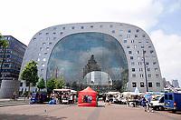 Nederland Rotterdam - juni 2018. De Markthal in Rotterdam is een woon- en winkelgebouw met inpandige markthal, gesitueerd bij Blaak. Naast een overdekte markt herbergt het complex 228 appartementen, winkels en horeca. Het gebouw is een ontwerp van MVRDV architecten. Foto Berlinda van Dam / Hollandse Hoogte