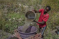 Der illegale Goldgräber Makarine, 27, auf dem Gelände der Vlaakfontein Mine in Springs, Südafrika