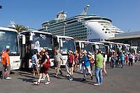 Tuerkei, Provinz Aydin, Kusadasi: Anlaufhafen fuer Kreuzfahrtschiffe, von hier geht es mit Bussen weiter zu den beruehmten Ausflugszielen | Turkey, Province Aydin, Kusadasi: Tour coaches waiting for cruise ship passengers