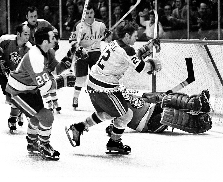 Seals vs Pittsburg Penguins, #22 Dennis Hextall scores for the Seals, Ernie Hicke, and Penguins Dean Prentice, Val Fonteyne and goalie Al Smith..(1971 photo/Ron Riesterer)