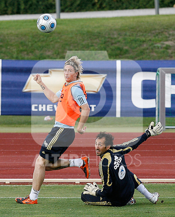 Spain's Fernando Torres and Diego Lopez during training sesion. August 10 2009. (ALTERPHOTOS/Acero).