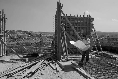 Colonie Israelienne de Bettar Illit, Palestine, Sept 2010. Un chantier de construction dans la colonie. Ironiquement, une grande partie des ouvriers en batiments qui construisent les colonies sont des ouvriers palestiniens. Pourtant, le sujet de la construction des colonies est central dans le conflit israelo-palestinien.