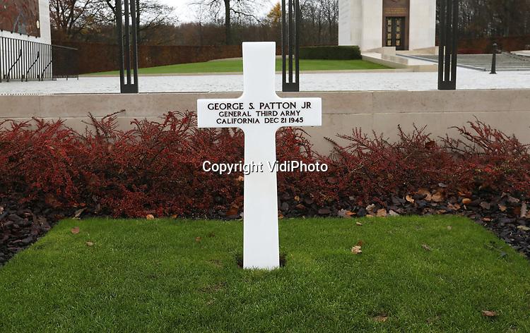 Foto: VidiPhoto<br /> <br /> BASTOGNE - Niet Adolf Hitler was de uitvinder van de Blitzkrieg, maar de Amerikaanse generaal George S. Patton. Dat is de overtuiging van zijn kleindochter, de 57-jarige Helen Patton. De redder van Bastogne was niet alleen de meest succesvolle geallieerde commandant tijdens de Tweede Wereldoorlog, maar ook de meest gevreesde. Foto: Het eenvoudige graf van de strateeg generaal George S. Patton op de Amerikaanse begraafgplaats in Hamm, Luxemburg