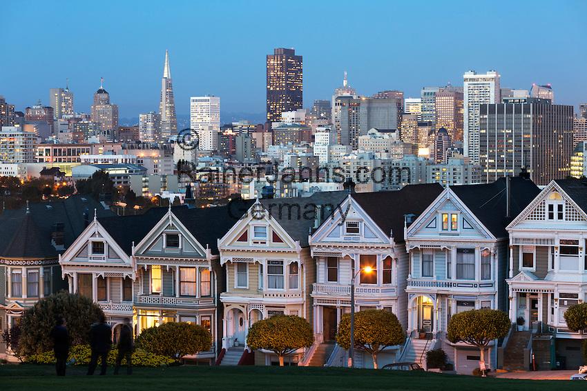 United States of America, California, San Francisco: The Painted Ladies and the city at dusk | Vereinigte Staaten von Amerika, Kalifornien, San Francisco: Die Painted Ladies, im Hintergrund die Hochhaeuser der Stadt im Abendlicht